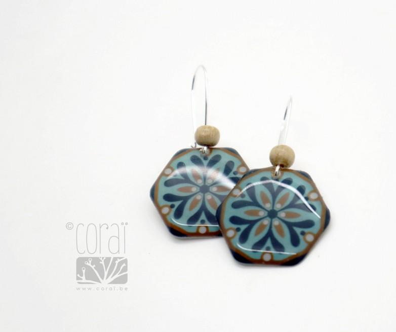 Boucles d'oreilles motif floral bleu marine rose poudré